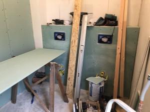 Nachdem die Toiletten total entkernt worden sind geht jetzt der Ausbau zügig vorran. Nächste Woche soll gekachelt werden!